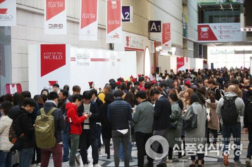 지난해 서울 삼성동 코엑스에서 열린 '제16회 서울 카페쇼'를 찾은 관람객들이 입장을 기다리고 있다.<br> 사진제공 = 서울카페쇼